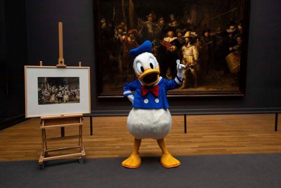 Donald Duck met 'De Duckwacht' (links) in het Rijksmusem